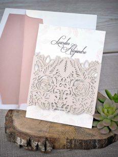 Detaliu invitatie decupaj in nuanta roz