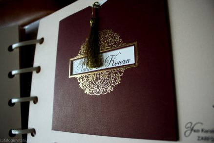 detaliu din catalog folio Invitatie model burgundy gold 70308