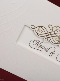 detaliu apropiat folio auriu Invitatie model 70106