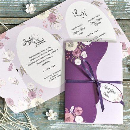 detaliu plan apropiat Invitatie model floral mov snur eticheta 70341