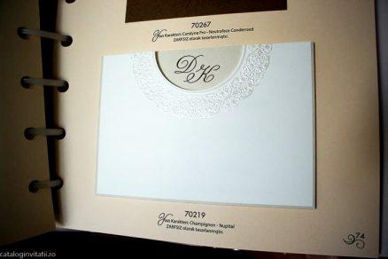 detaliu din catalog plan apropiat detaliu embosari Invitatie 70219