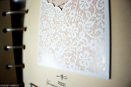 detaliu apropiat macro din catalog Invitatie 70221