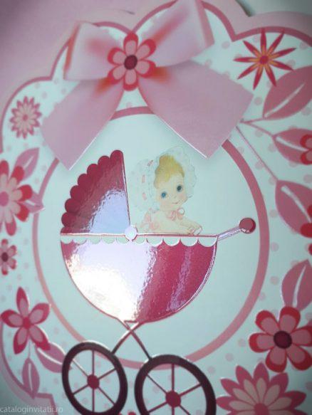 detaliu apropiat carucior si fetita invitatie 135