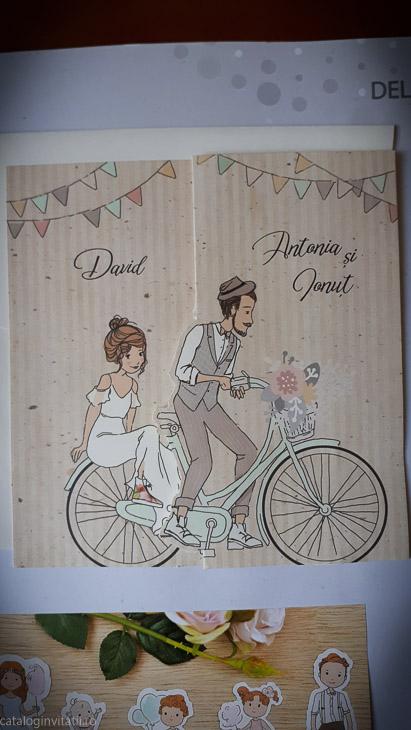 detaliu plan apropiat miri pe bicicleta invitatie 39714